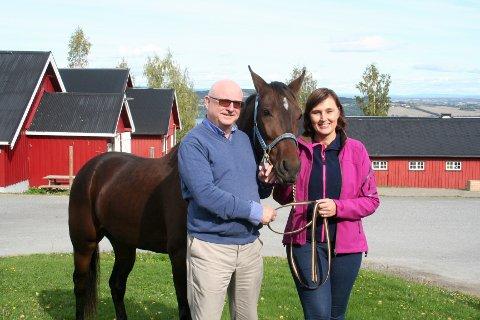 OVERTAR SJEFSSTOLEN. Vegard Thune overlater tøylene til sin etterkommer Cecilie Gaarder Skaug. Her sammen med hesten Pretty Design, som er NHS sin egen varmblodstraver.