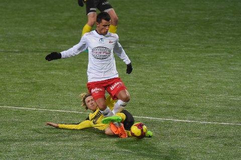 Rocky Lekaj (hvit trøye) og Stian Simenstad har hatt mange friske fighter på fotballbanen, her fra kampen mellom Fredrikstad og Raufoss tidligere i sesongen.