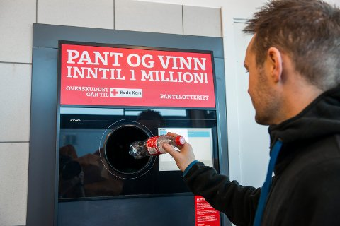 REKORD: Alle som velger Pantelotteriet har bidratt til ny rekord for Røde Kors i Oppland, som fikk 800 000 kroner fra tomflasker.