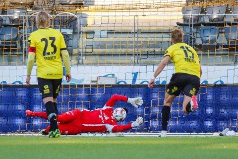 Start-keeper Jonas Deumeland reddet straffe mot Raufoss i vår. Det er ett av 23 straffespark som ikke har gått i mål i årets sesong i 1. divisjon.