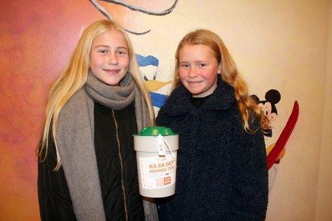 BØSSEBÆRERE: Eirin Tomte Thompson og Tora Alvestad Rafteset fra Gjøvik skole var med på å samle inn penger til årets TV-aksjon som gikk av stabelen søndag ettermiddag.