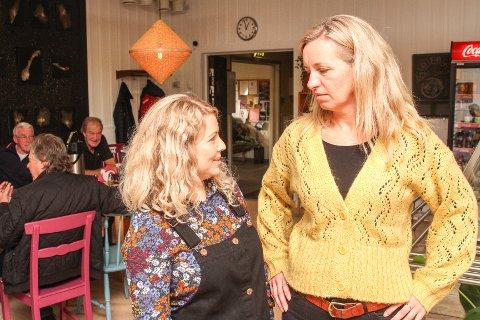 TUNGT: Driverne Monica Vilnes (t. v) og Hanne Jordet ved Globus Kafé i Hunndalen håper at politikerne vil redde kafeen.