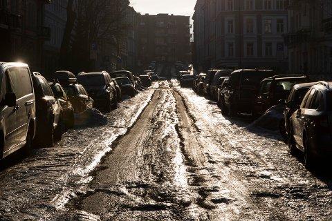 Hålkeføre og dype hjulspor i mange gater rundt om på Østlandet under vinteren i fjor. Her fra Majorstuen i Oslo.