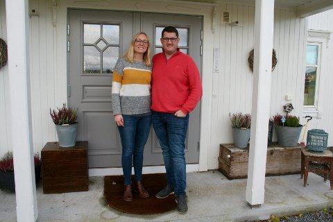 VELKOMMEN TIL GÅRDS: Mari Knutsen Morstad og Ola Morstad har pusset opp den gamle hovedbygningen på gården Morstad Vestre der de har skapt sitt drømmehjem i vakre landlige omgivelser på Gran.