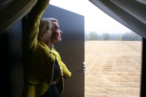 ET VAKKERT LANDSKAP: Bak scene-teppene på låven er det en dør, som foreløpig mangler en trapp. Ella Fiskum kjøpte gården for syv år siden og her har hun skapt både sitt drømmehjem og sin arbeidsplass.