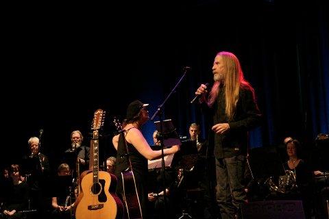 STEMNINGSFULLT: Øyvind «Elg» Elgenes ga publikum gjenhør med kjente toner fra et vidt repertoar lørdag kveld i konsertsalen på Raufoss.