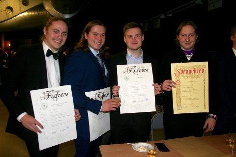 GLADE KARER: Håkon Gulliksen Furuseth Karlstad, Marius Ellingsen, Erik Åslund og Daniel Listhaug med sine fag- og svennebrev.