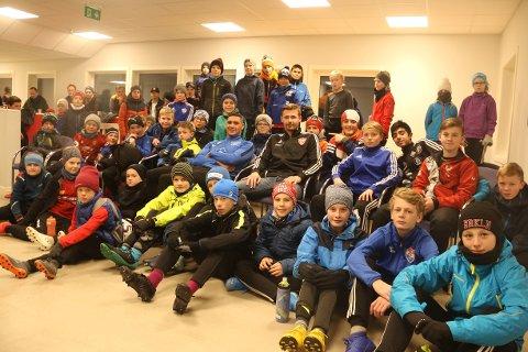 Ruben Gabrielsen og Steffen Hjelmtvedt (midt på bildet) hadde en samling og treningsøkt med rundt 50 av Totens yngre spillere, fra Kapp, Lena, Lensbygda og Kolbu.