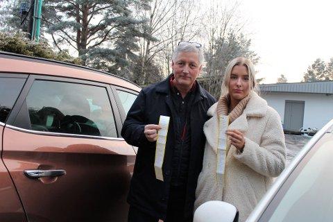 BØTER: Inge og Kornelia Seth ble overrasket over hva som ventet på dem i frontruta etter en middag i Lillestrøm sentrum. Begge hadde betalt, men ble fortsatt ilagt bøter.