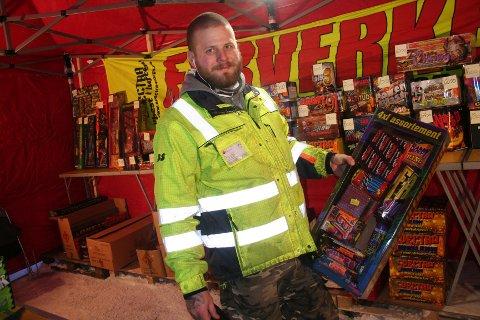 FYRVERKERI-EKSPERT: Cristian Torneby er på plass i utsalgsteltet utenfor Hageland der han gir kundene kyndig råd og veiledning før bruk av fyrverkeri på nyttårsaften.