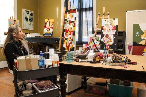 FARGERIKE: Julie Narum tar i bruk friske farger når hun maler. 2. mars stiller hun ut i spisesalen på Samfundet i Gjøvik.