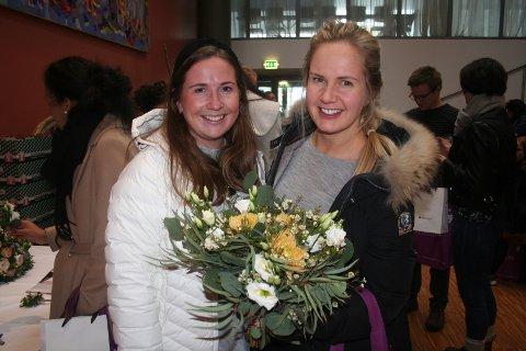 PLANLEGGER SOMMERBRYLLP: Ellen Rolijordet og Martine Thoresen lette etter inspirasjon for brudebuketten. – Nå er det bare den som mangler, fortalte den kommende bruden.