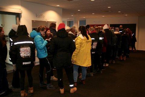 STORT ENGASJEMENT: Det var lange køer med påmeldte, som ville ut å gå med bøsser i Gjøvik-området søndag ettermiddag.