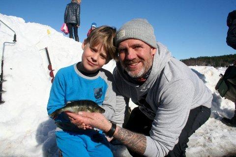 FISKELYKKE: Alvin Forsbakk Larsen (6) og pappa Roy Allan Larsen fra eina, var med på årets Østlandsmesterskap i isfiske.