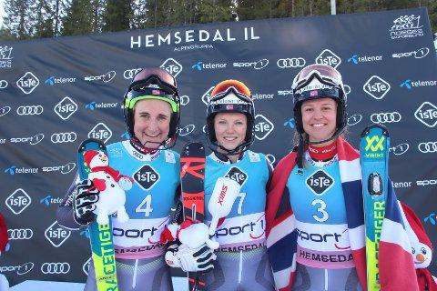 Maren Skjøld (t.v), Kristin Lysdahl og Minna Fuerst Holtmann på pallen etter søndagens slalåm under NM