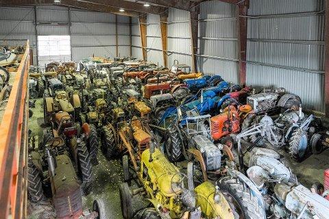 SVÆR TRAKTORSAMLING: Nåværende eier har også en kjempesamling av gamle traktorer og andre veterankjøretøy, som det kan forhandles om.