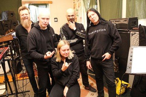 KLARE FOR TONS OF ROCK: Lars A. Kvistum, Arve Heimdal, Roy Khan, Ingar Amlien og Aurora Amalie Heimdal skal spille på Tons of Rock i Oslo fredag.