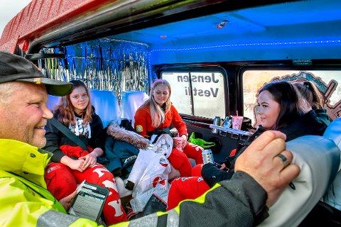GOD TONE: Arne Tøftum tar en sjekk inn i bilen til Lena jentene Jenny Malterud, Marte Mari Vestli, Thea Haugen, Maja Nyseth Jensen og Hanna Finstad Bergum.