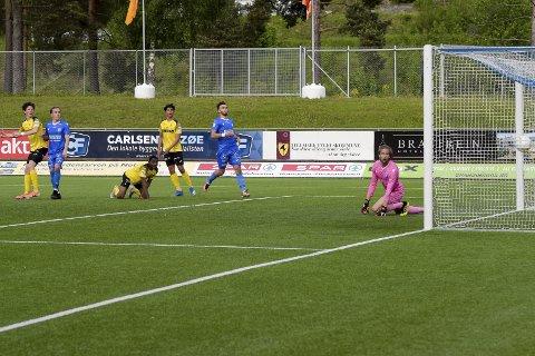 MÅL: Hjemme bra, borte best. Her header Mathias Belli Moldskred inn et mål for Raufoss. Klubben har flere avslutninger på bortebane enn hjemme på Nammo stadion.