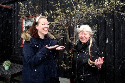 TIDLIG UTE: – Det var litt overraskende at det skulle snø i mai! Kristine Winjevoll og svigermor Anne Ditlevsen foran plommetreet i hagen på Hunnshovde i Gjøvik. Nå er hageplanen klar, og Kristine og ektemannen Eirik håper på å få realisert en del av planene for hagen før bryllupsfesten til sommeren.