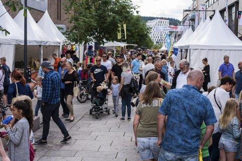 STORGATA FULL AV TELT: Det er smekk fullt i Storgata i Lillestrløm under Byfestivalen. Lag og foreninger, og ulike deler av handelsstanden, leier telt og selger varer.