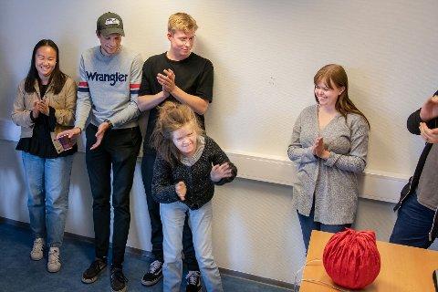 DESIGNER PRODUKTER FOR JENNY: Designstudenter ved NTNU har fortiden en prosjektoppgave der de designer produkter som kan være til glede for funksjonshemmede Jenny Eikrem Haugen (foran). Fra venstre:  Ingeborg Skjelbostad, Knut Trøim, Adrian Sæther Stadsøy og Jorun Skålnes.
