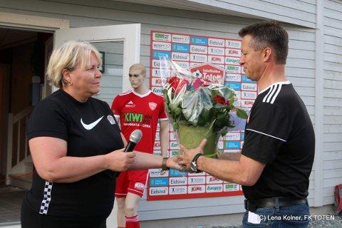Leder i FK toten, Jo Solberg, fikk overrakt blomster av daglig leder i NFF Indre Østland, Janicke Gonstad.