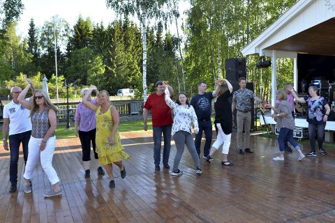 LA DET SWINGE: Deltakerne i swingkurset var først ute på dansegolvet, og gjennom en drøy times instruksjon lærte de grunnprinsippene for denne danseformen.FOTO: Hans Olav Granheim
