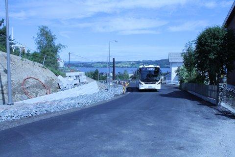 KUN FOR BUSS FRAM TIL HØSTEN: Det er kun bussen som får kjøre bakken opp Berghusvegen til NTNU i Gjøvik fram til månedsskiftet oktober-november.