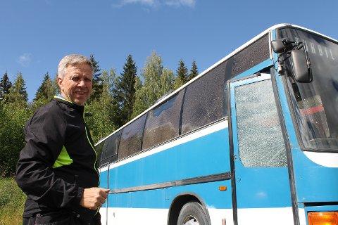 KNUSTE RUTER: Bjørn Bakkelund er oppgitt over at bussen ikke kan få stå i fred på parkeringen ved Vindplassen.