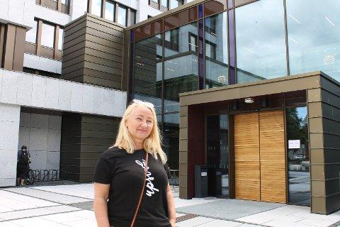 SAMLER UNDERSKRIFTER: Elisabeth Wedøe samler underskrifter fra innbyggerne i kommunen for at fastlegesituasjonen skal tas på alvor.
