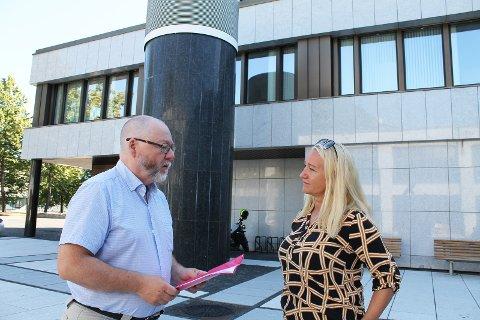 FIKK UNDERSKRIFTENE: Elisabeth Wedøe (til høyre) hadde valgt en rød plastmappe rundt underskriftene hun overleverte fungerende ordfører Finn Olav Rolijordet fra Rødt. Rolijordet roste initiativet.