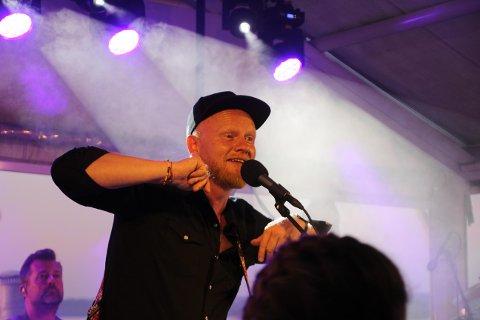 POPULÆR KAR: Lewi Bergrud trakk fullt hus da kan spilte konsert sammen med Chris Medina på Viken II lørdag kveld.