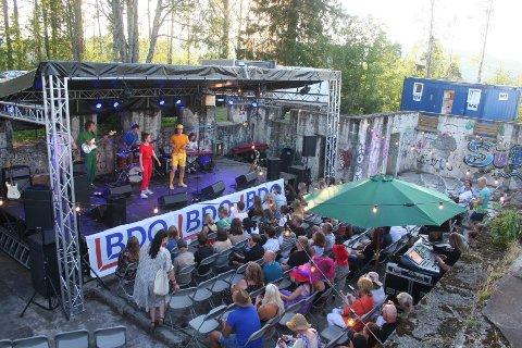 KONSERTARENA: Det har også blitt en fin konsertarena i bakgården på Hovdetoppen. Her et glimt fra lørdagens konsert med Bakka Street Boyz i aksjon.
