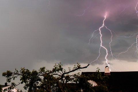 Søndag kveld var det kraftige regnbyger med lyn og torden over Sørlandet og Østlandet – en smakebit på det vi har i vente denne uken i Sør-Norge, ifølge Meteorologisk institutt. Arkivfoto: Larsen, Håkon Mosvold / NTB scanpix