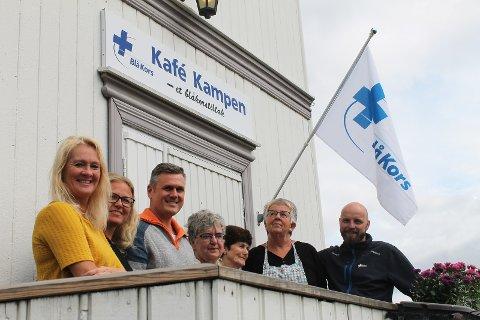 VELKOMMEN TIL KAMPEN: (Fra venstre) Nina Kjønstad (feltsykepleier, Gjøvik kommune), Kari Anne Klevenberg (sosionom, Kafé Kampen), Stian Sveum, (aktivitetsleder), de frivillige Eva Stensrud Olufsen, Anne Lise Nesset, Sissel Martinsen og Anders Hveem (daglig leder).