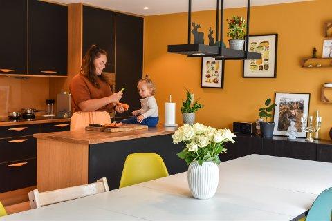 FARGERIK: Pernille Lier Bjørnstad og Per Bjørnstad på kjøkkenet hjemme i Grøndalsbakken.