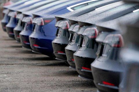 NEDGANG: Hittil i år er Tesla Model 3 den desidert mest solgte bilen her i landet, men nå har salget av elbiler generelt falt kraftig.