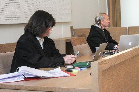 86-åring er tiltalt for seksuelle overgrep og møtte mandag i Gjøvik tingrett. Politiadvokat Mari Lauritzen Hasle (t. h) og bistandsadvokat Inger Marie Støen fører saken mot mannen.