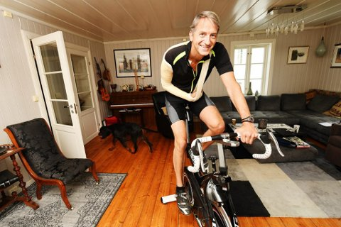 PÅ SETET IGJEN: Fartsfylt terrengsykling er byttet ut med en spinningsykkel i stua. Etter å ha kjørt på en sau, ble Anders Lindstad (49) én av flere med alvorlige skader etter sykkelturer i sommer.
