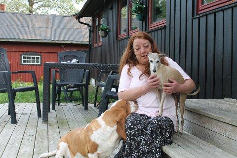 HUNDEN DØDE: Elisabeth Borg de Waard opplevde at hennes italienske mynde Dutch døde hjemme hos henne etter å ha blitt avvist hos veterinærvakten.