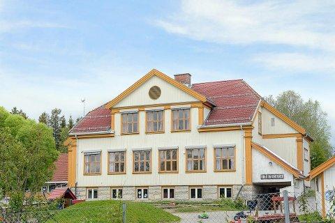 SELGES: Gamle Ihle skole i Vestre Toten er lagt ut for salg på det åpne markedet for en million kroner. Budfrist er 2. september.