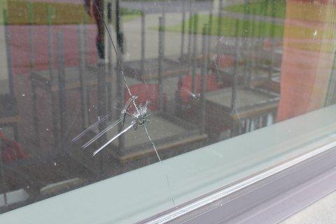LUFTGEVÆR? Mye tyder på at det er skutt med luftgevær mot vinduene på Vardal ungdomskole i løpet av ferien.