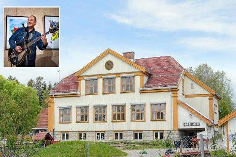 VIL KJØPE GAMLE IHLE SKOLE: Eldar Vågan vil lage showroom og konsertscene i den gamle bygningen. Vestre Toten kommune er selger, og rådmannen anbefaler kommunestyret å selge til Vågan.
