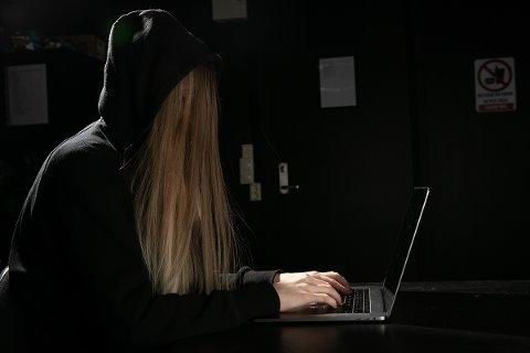TRYGG: – Dette går imot intuisjonen, men det er når du ligger trygt hjemme i sofaen, beskyttet fra farer av husets fire vegger, at du er mest eksponert for cyberrisiko, skriver artikkelforfatteren.