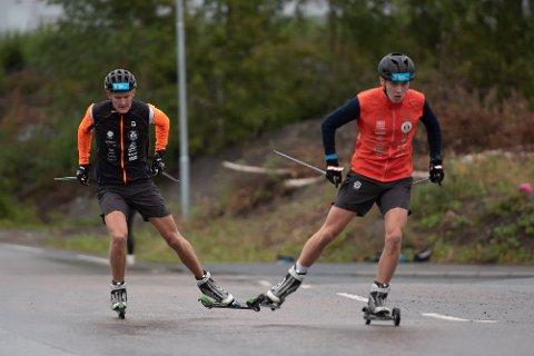Marius Viken Vesterås og Morten Ramstad på et hurtighetsdrag på rulleski under nærsamlingen forrige helg.