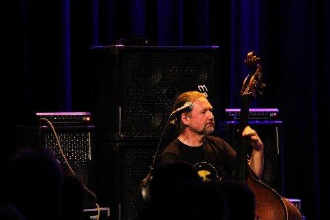 KLEMTE TIL: Per Mathisen sammen med Ulf Wakenius og Gary Husband hadde ikke på seg silkehansker under torsdagens konsert på jazzklubben i Gjøvik.
