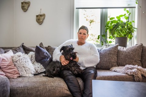 LEI: Nina Dehlin er frustrert etter at hun og hunden hennes «Doffen» har blitt plaget i over ett år. Foto: Felix C. Ellingsrud