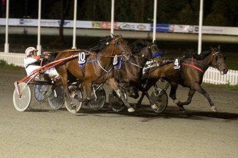 Tassen H (10) og kusk André H Stensen kjempet seg fremst og Lillehammer-hesten tok karrierens sjuende seier på Biri søndag.