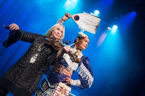 "Martine Kraft og Acosia Red Elk ""bridging worlds - one song at a time""."